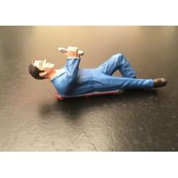 Figurine mécanicien allongé