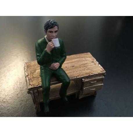 Homme assis buvant un café