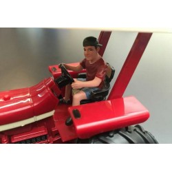 Adolescent conduisant un tracteur